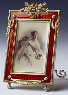 Porta-retrato de suporte retangular com cantos salientes, de Fabergé com fotografia da Czarina Alexandra Feodorovna no vestido da Corte Russa.