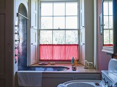 A high-sided tub and a cafe curtain by Fermoie (Photo: Tobias Harvey)