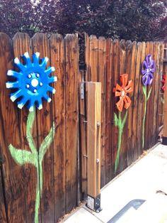 Sie bringt DAS an ihrem Zaun an und verwandelt damit ihren gesamten Garten. | LikeMag | We like to entertain you
