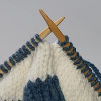 If you're a knitter, pin this! I just used this method for a hat and it works! JL Yarnworks: Tutorial: Jogless Join