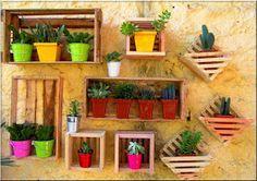 Os caixotes, antes utilizados apenas em feiras, passaram a ser objetos de decoração, pois, com eles somos capazes de criar estantes, mesas ...