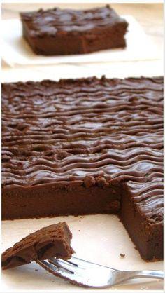 """GÂTEAU AU MASCARPONE ET CHOCOLAT """" CYRIL LIGNAC""""  Une vrai Merveille, Gourmand, Fondant et Délicieux INGRÉDIENTS: 6 personnes 200g de chocolat noir à pâtissier/75g de sucre glace/40g de... Chefs, Thermomix Desserts, Easy Desserts, Chocolate Flavors, Chocolate Desserts, Cake Recipes, Dessert Recipes, Pastry Cake, Sweet Treats"""