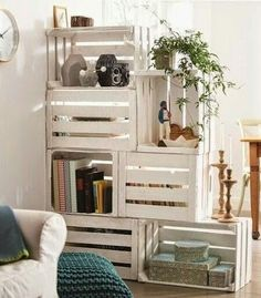 25 Ways of Reusing Old Wooden Crates in Your Interior Design Raumteiler/ Sichtschutz Mehr The post 25 Ways of Reusing Old Wooden Crates in Your Interior Design appeared first on Raumteiler ideen. Staircase Bookshelf, Crate Bookshelf, Wood Crate Shelves, Wood Bookshelves, Book Shelves, Old Wooden Crates, Wooden Boxes, Wooden Benches, Room Divider Shelves
