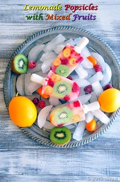 Healthy and refreshing dessert for your Fourth of July celebration: Lemonade Popsicles with Mixed Fruits Frozen Desserts, Frozen Treats, Mixed Fruit, Fresh Fruit, Healthy Fruits, Healthy Snacks, Fruit Recipes, Dessert Recipes, Jugo Natural