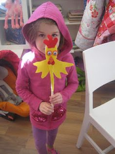 DIY chicken puppet - fun with momstown Monet group! Farm Animal Crafts, Farm Crafts, Farm Animals, Animal Activities, Book Activities, Puppet Making, Farm Theme, Monet, Puppets