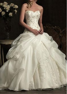 Elegant Exquisite Organza Ball Gown Sweetheart Wedding Dress