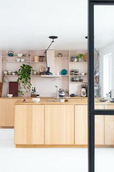 Japandi er en sammensetning mellom japansk og skandinavisk. Det kan kanskje høres ut som to ganske forskjellige verdener, men faktisk er møtet mellom skandinavisk og japansk designstil ikke så merkelig, og det er heller ingen ny fusjon. Japandi is a combination of Japanese and Scandinavian. Japandi: Slik innreder du etter trenden | Boligpluss.no Interior Design Kitchen, Interior Decorating, Brooklyn Apartment, Konmari, Wabi Sabi, Feng Shui, Home Kitchens, Scandinavian, Wall Decor