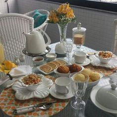 Lovely breakfast setting Coffee Corner, Coffee Time, Tea Time, Breakfast Picnic, Breakfast In Bed, Breakfast Presentation, Food Presentation, Dinner Table, A Table