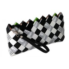 Pochette a scacchi bianca e nera interamente realizzata a mano con carte di caramelle. Una borsa elegante e adatta ad ogni occasione, per la serata formale come per quella più easy