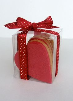 Express your affection by making your own gifts these Valentine's Day Gift Wrapping Ideas. View these gift wrap collection for 2013 on Valentine's Day. Valentines Day Cookies, Valentine Cookies, Be My Valentine, Christmas Cookies, Valentine Day Gifts, Christmas Treats, Biscuits Packaging, Baking Packaging, Cake Packaging