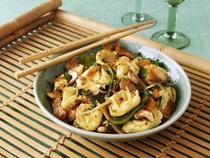 Tortellini mit Asia-Gemüse und Cashews - smarter - Zeit: 30 Min. | eatsmarter.de Auch Pasta schmeckt auf asiatische Art.