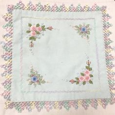 Tatting Lace, Hand Embroidery Stitches, Cottages, Nova, Centerpieces, Roses, Crochet, Baby Embroidery, Buen Dia