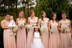 As madrinhas de casamento pertencem a uma tradição antiga e são muito importantes nesse dia. Mas como definir seus trajes?