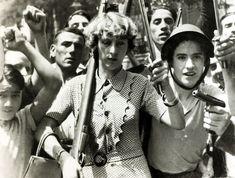 Le 23 Juillet 1936. Une femme armée mène un groupe de révolutionnaires à travers Madrid au début de la guerre civile espagnole.