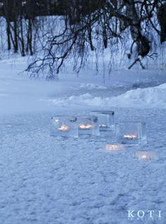 Illan sinessä pihaa valaisevat jäälyhdyt. Koti ja keittiö, Johanna Ilander ja Anna Kristeri, Kuva Kirsi-Marja Savola.