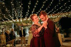 Newlyweds under a sky of stars and Dj service. Ph. Quattro Studio #lightingdesign #weddinglights #fairylights #fairylightsforwedding #fairylightsceiling #ceilingoffairylights #outdoorwedding #tuscanwedding #weddingintuscany