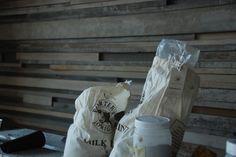 #밀크페인트 #milkpaint 목재를 활용하여 벽을 만들고 포터스천연밀크페인트로 러스틱하게 작업하였습니다
