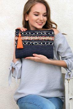 Crochet ideas that you'll love Diy Clutch, Clutch Bag, Foldover Clutch, Denim Tote Bags, Diy Bags Purses, Casual Bags, Handmade Bags, Timeless Fashion, Fashion Bags