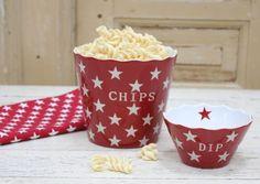 Schale / Schüssel für Chips in rot mit weißen Sternen Höhe: 16 cm Die Schale gehört zur der Happy Bowl Serie von Krasilnikoff. Ergänze die Schüssel mit den tollen Happy Mugs.  Bitte beachte, dass unsere Artikelfotos teilweise das...