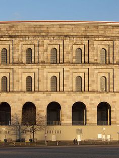 Kongresshalle del Campo Zeppelin en Nüremberg (Alemania, 1935-45. Inconcluso). Ludwig Ruff (Alemania, 1878-1934). Franz Ruff (Alemania, 1906-1979). // Aunque inconcluso es el edificio monumental nacionalsocialista más grande que se ha conservado.