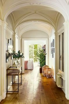 El suelo de lamas de madera le otorga calidez al ambiente...... decorology: Let the sunshine in - bright and airy interiors