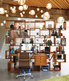Separador de ambientes+escritorio de madera • Wood divider | Photo by Jason Schmidt.