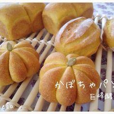 手こねの練習を兼ねて、粉200gでかぼちゃパンをコネコネ 成型は、ミニパウンド、前からやってみたかったタコ糸を使った成型、昨日のまきさんのミルクハースを見て、クープ入り。 タコ糸、食い込む!(^^;;クープ、ナミナミ〜( ̄▽ ̄)  中には何にも入れてませ〜ん! ほんのり甘いかぼちゃパン  以前、タコ糸のやり方を教えてくださったパン焼きネコさん、まきさん、枕にしたいミルクハースを焼いていたさくらこさん、食べともお願いしま〜す(^o^)/ - 248件のもぐもぐ - 巨峰酵母 de かぼちゃパン by yucca@