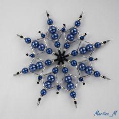 Vánoční hvězda 2015_7 Vánoční hvězdička střední velikosti z plastových a skleněných korálků a perliček v kombinaci modré, černé a stříbrné. Průměr cca 10,5 cm, díky koncovým očkům lze zavěsit na háček. Pouze 1 ks - originál.