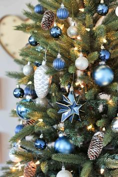 Get the best tips for creating a pretty christmas tree this season. And, how to make a monochromatic tree with these blue Christmas tree ideas. Pretty Christmas Trees, Blue Christmas Decor, Peacock Christmas, Coastal Christmas, Christmas Table Decorations, Xmas Tree, Christmas Home, Christmas Holidays, Christmas Wreaths