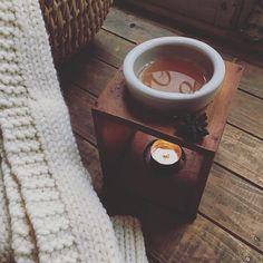 寒い日が続きますね。今日はクリスマスの香りを店内にと思い、スタッフにお願いして作ってもらいました。もみの枝とオレンジ、クローブ、アニス、シナモン、クランベリー、バニラビーンズを鍋にたっぷりの水を入れて2日間くらいグツグツ。 オレンジのきれいな香りのお水になります。少し冬の気配を感じていただけると^ ^ #lateliermaisoncampagne #latelierdemaisondecampagne #自由が丘 #christmas #fragrance