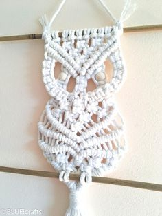 Created and handmade by BLUEicrafts ********************************** Macramé Owl wall hanging on bamboo rod Materials: -3.5 mm ecru cotton rope -2 bamboo rods -wooden beads. Approx dimension: width: 14 cm / 5.5 inch high: 47 cm / 18.5 inch (from bamboo rod to bottom of fringe) Bamboo