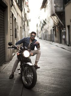 Florence Streets Pitti Uomo 86 - Check the amazing pictures on the streets of Florence Biker Photography, Photography Poses For Men, Photo Poses For Boy, Boy Poses, Biker Photoshoot, Mdv Style, Street Style Magazine, Royal Enfield Classic 350cc, Sharp Dressed Man
