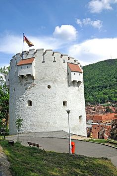 """The White Tower - Brasov, Romania """"The """"The more than 500 years old. survived from medieval times. next to Catherine's Gate, built in a small mountain in the middle of the city. Places In Europe, Places To See, Romanian Castles, Brasov Romania, Bulgaria, Visit Romania, Beautiful Places To Visit, Great View, Historical Sites"""