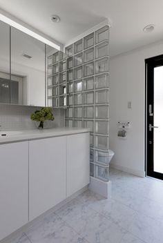 ガラスブロックで仕切った洗面とトイレ