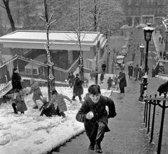 The series has 100 stunning vintage pictures of Paris in the snow that will eventually make you shiver ! For black and white and Paris lovers ! Paris Pictures, Vintage Pictures, Old Pictures, Old Photos, Robert Doisneau, Old Paris, Vintage Paris, Montmartre Paris, Old Photography