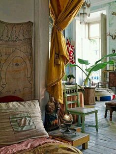 Vintage Interior Design Bohemian Home Interior Ideas 24 - The very good design has a potent influence on how folks think and behave. You don't have to go for the traditional black and white checkerboard design. Making impressive interior design may … Bohemian Interior Design, Bohemian Decor, Bohemian Bedrooms, Boho Room, White Bohemian, Bohemian Living, Hippie Bohemian, Vintage Bohemian, Modern Bohemian