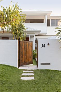 Design Entrée, Design Ideas, Bed & Breakfast, Dream Beach Houses, Facade House, Beach House Decor, Beach House Designs, House Goals, House Front