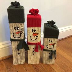 Reclaimed wooden snowmen set from HeavenlyFlowerByNi .- Reclaimed wooden snowmen set from HeavenlyFlowerByNic auf Etsy # Weihnachtsgeschenkideen - Wooden Christmas Crafts, Wooden Christmas Decorations, Outdoor Christmas, Holiday Crafts, Primitive Christmas, Wooden Crafts, Wooden Diy, Magical Christmas, Christmas Art