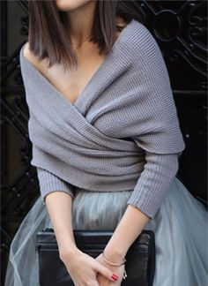 Jupon en tulle : Grey wrap sweater, grey tulle skirt, black clutch, red lipstick and red nails. Look Fashion, Fashion Beauty, Winter Fashion, Fashion 2018, Street Fashion, Fashion News, Latest Fashion, Fashion Trends, Winter Mode