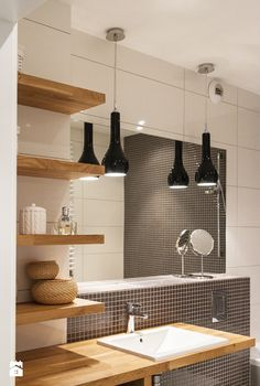 Łazienka z drewnem i mozaiką - zdjęcie od SPOIWO studio