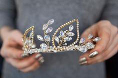 Иногда одно прикосновение может изменить все - от планов на вечер до бескомпромиссного желания приобрести все украшения мира❤️ Photo: @photo_lysenko . . #vsco #vscocam #jewelry #jewellery #jewelrylover #jewlrydesign #madeinukraine #accessories #ukraine #handmade #handmadejewelry #украшенияручнойработы #украшение #ручнаяработа #венок #ободок #аксессуары #аксессуарыдляволос