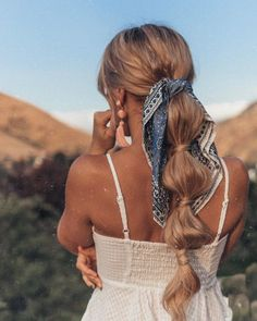 34 Ash Blonde Hair Color Examples You Must See- Bandana hairstyles: Lady with honey blonde lengthy hair styled right into a bubble ponyt- love this bubble ponytail! Bohemian Hairstyles, Scarf Hairstyles, Cool Hairstyles, Bandana Hairstyles Short, Creative Hairstyles, Hairstyles With Ribbon, Short Hair Bandana, Simple Hairstyles For Long Hair, Long Hair Hairstyles