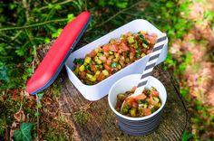 Dieser würzige Salat passt ausgezeichnet zu einer heissen Wurst vom Grill - oder auch zu einem feinen Tofu-Schnitzel.
