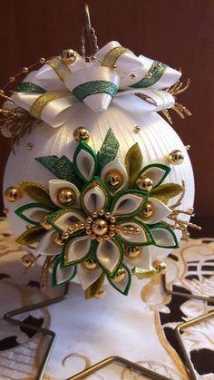 Hviezdička je vyrobená technikou kanzashi, pri výrobe sú p Victorian Christmas Ornaments, Quilted Christmas Ornaments, Quilling Christmas, Fabric Ornaments, Beaded Ornaments, Christmas Balls, Christmas Wreaths, Christmas Crafts, Christmas Decorations