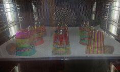Fröhliches Handy aus geschmolzenen Plastikbecher! | plasticbekerssmelten | windgongknutselen | mobileshandwerk | De Knutseljuf Ede ✂️ Plastic Cup Crafts, Plastic Cups, Plastic Bottles, Easy Art Projects, Projects To Try, Sharpies, Upcycled Crafts, Diy Crafts, Art For Kids