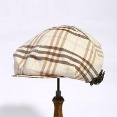 バーバリーブルーレーベルより帽子をご紹介します。 白地にブラウン系のチェック柄が上品なアイテムになっています。 サイドにはベルト付きでちょっとしたアクセントが効いていますよ。 詳細はこちら>http://bbl-shop.com/?pid=71821217