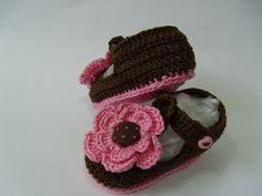 Sandália confeccionada em crochê com linha 100% algodão na cor marrom e rosa e acabamento em flores e botões. Tamanho 16 - Sola com 10cm calça de 02 à 06 meses R$18,00