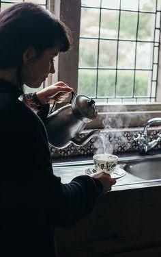 Dark moody food - FOOD PHOTOGRAPHY / VISUAL STORYTELLING WORKSHOP IN BEAUTIFUL SOUTH OF ENGLAND - hands