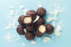 Μπουκιές με σοκολάτα και καρύδα, τύπου bounty, στην υγιεινή, νηστίσιμη και vegan εκδοχή τους έχω να σας προτείνω σήμερα. Και σαν να μην έφτανε αυτό, γίνονται πολύ εύκολα και γρήγορα!