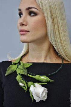 """Купить Колье """" Белая роза""""( валяние) - белый, роза, цветы, Валяние, бутон"""